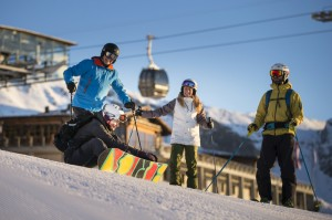 Skifahrer an der Station Nagens im Skigebiet von Flims Laax Falera