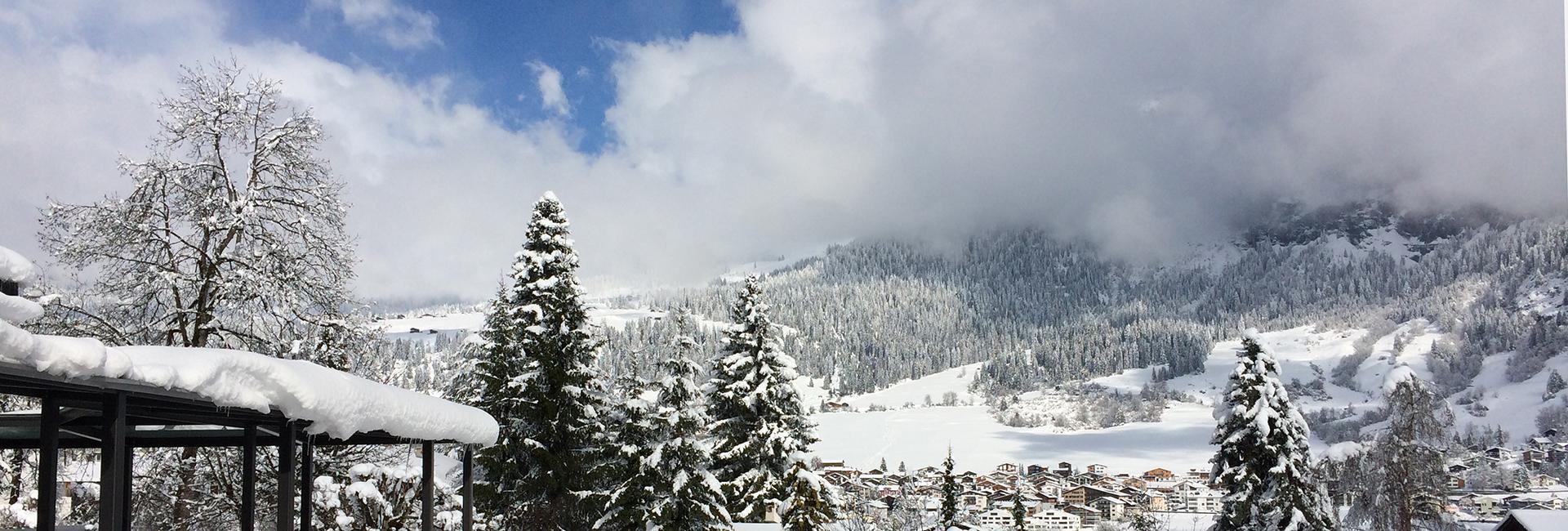 Aussicht in die winterliche Bergwelt von Flims