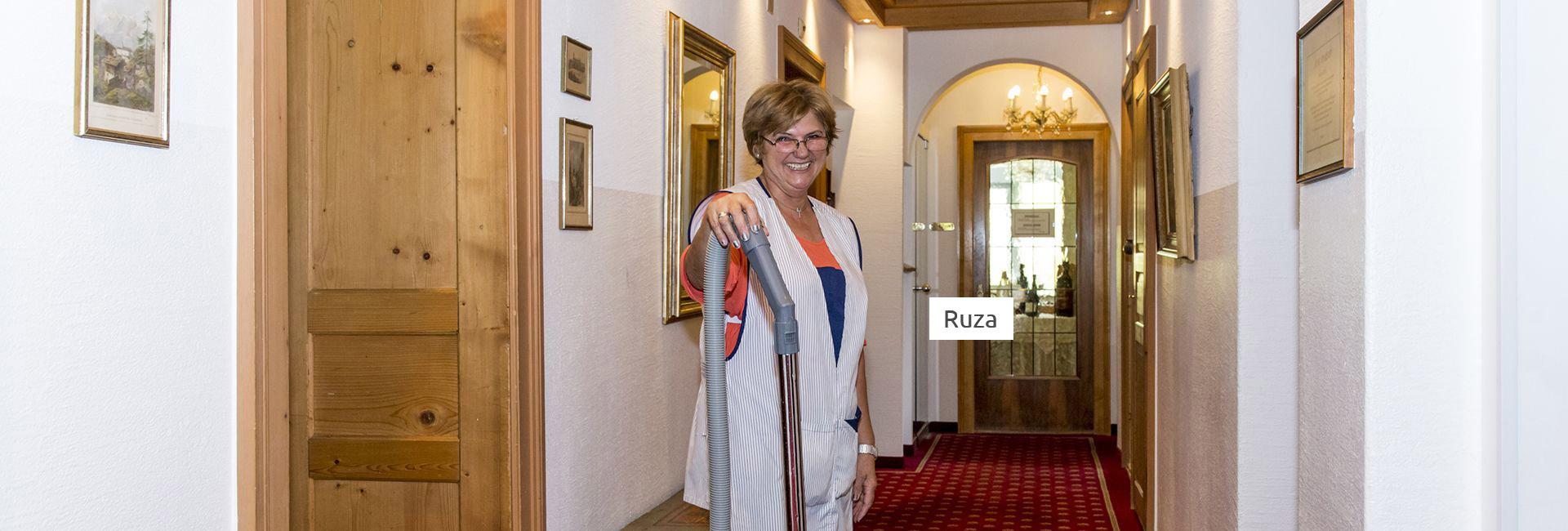 Etagenmitarbeiterin im Hotel Cresta Flims