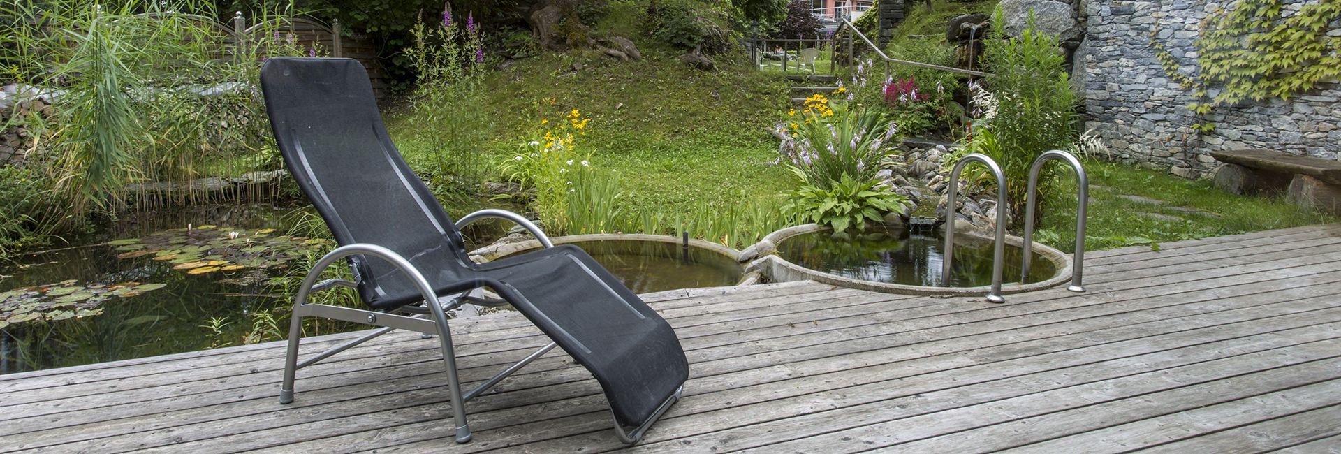 Ruhebereich im grossen Garten im Hotel Cresta